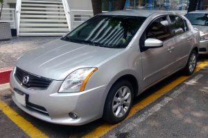 Nissan Sentra gris plata en renta en la Ciudad de Mexico