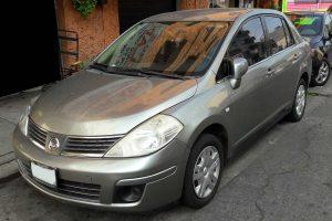 Nissan Tiida gris plata en renta en la Ciudad de Mexico