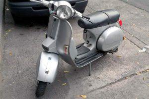 Motocicleta Vespa Gris Plata en renta CDMX