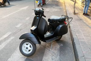 Motocicleta Vespa Negro Mate en renta CDMX