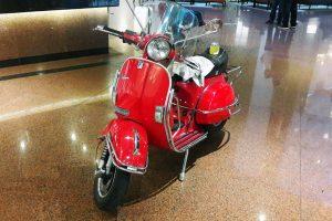 Motocicleta Vespa Roja en renta CDMX